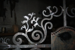 Grabkreuz Blätter detail