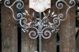 Grabkreuz Vögel detail